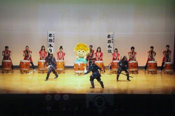 放映前には、東吾妻町マスコットキャラクター水仙ちゃんもメンバーに加わった「上州吾妻岩櫃太鼓保存会」の演奏や、「本格格闘甲冑集団-式-」による演武も行われた